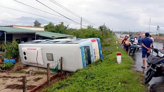 Tin tức tai nạn giao thông mới nhất hôm nay 20/9/2019: Xe khách đấu đầu xe tải, 6 người bị thương - Ảnh 3