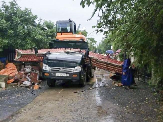 Quảng Bình: Xe tải tông sập cổng làng, tài xế tử vong tại chỗ - Ảnh 1