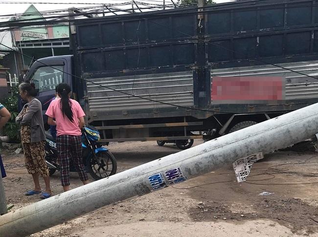 Tin tức tai nạn giao thông mới nhất hôm nay 2/9/2019: Xe tải tông đổ hàng loạt cột điện ở Bình Dương - Ảnh 1