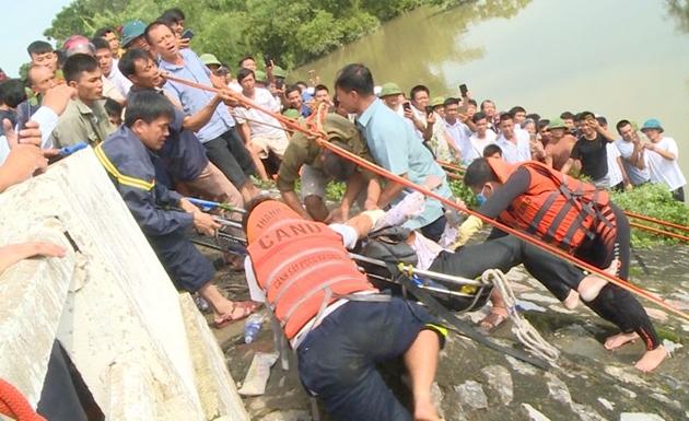 Thanh Hóa: Taxi lao xuống sông, 1 người phụ nữ tử vong, tài xế mất tích - Ảnh 1