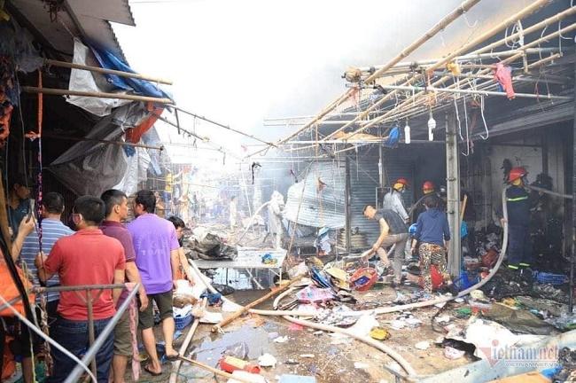 Hiện trường vụ cháy chợ Tó ở Hà Nội: Khói đen bốc cao nghi ngút, hàng hóa bị thiêu rụi - Ảnh 3