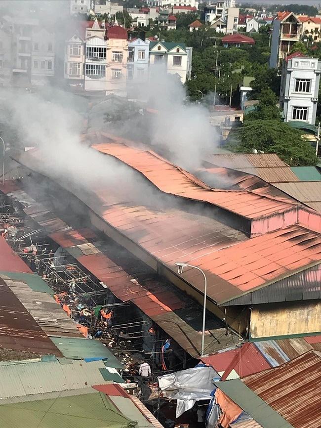 Hiện trường vụ cháy chợ Tó ở Hà Nội: Khói đen bốc cao nghi ngút, hàng hóa bị thiêu rụi - Ảnh 1