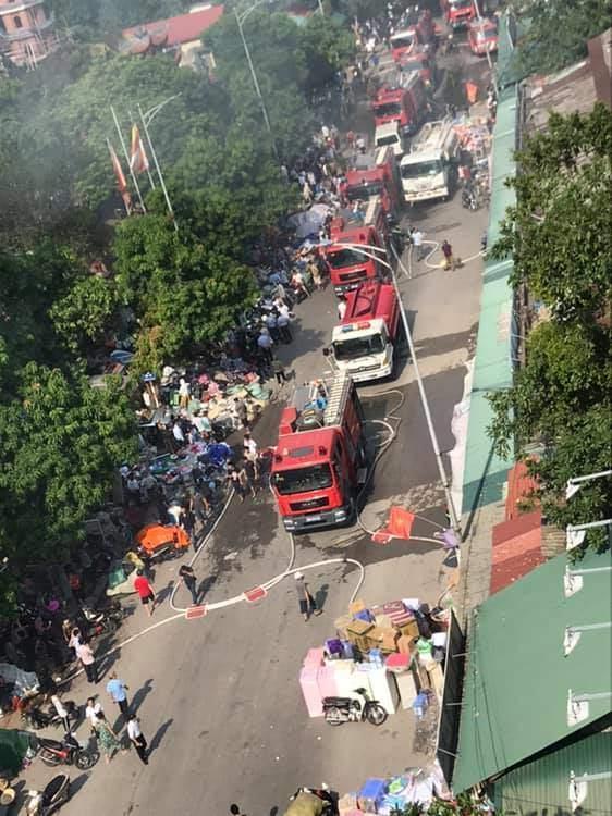 Hiện trường vụ cháy chợ Tó ở Hà Nội: Khói đen bốc cao nghi ngút, hàng hóa bị thiêu rụi - Ảnh 2