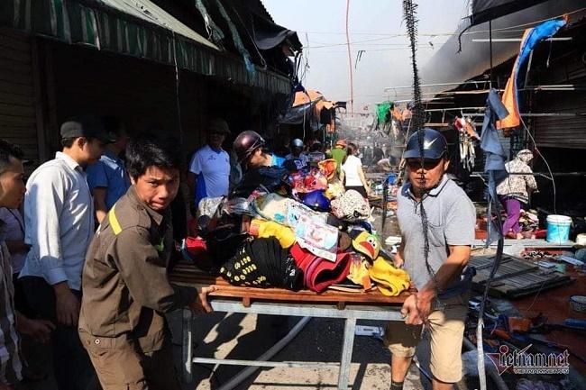 Hiện trường vụ cháy chợ Tó ở Hà Nội: Khói đen bốc cao nghi ngút, hàng hóa bị thiêu rụi - Ảnh 5