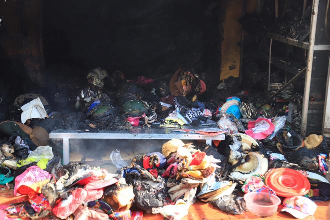 Hiện trường vụ cháy chợ Tó ở Hà Nội: Khói đen bốc cao nghi ngút, hàng hóa bị thiêu rụi - Ảnh 6