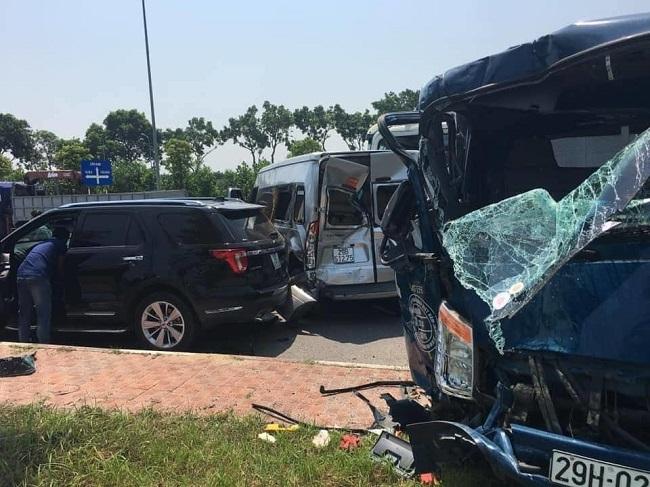 Tin tức tai nạn giao thông mới nhất hôm nay 24/9/2019: Container tông liên hoàn 4 ôtô, 2 người bị thương - Ảnh 1