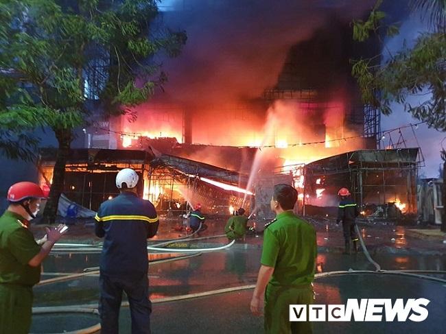 Hải Phòng: Đang cháy lớn tại siêu thị điện máy trên đường Lê Hồng Phong - Ảnh 1
