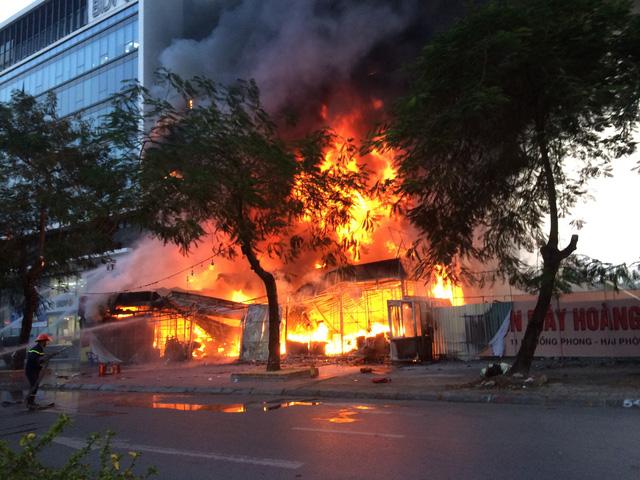 Hiện trường vụ cháy ở Hải Phòng: Siêu thị điện máy chìm trong biển lửa, huy động cả trăm cảnh sát - Ảnh 1