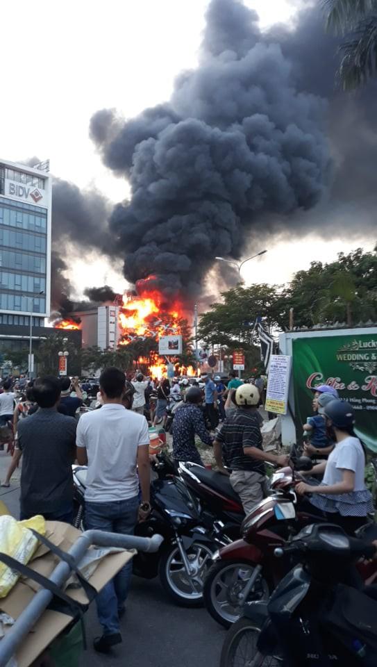 Hải Phòng: Đang cháy lớn tại siêu thị điện máy trên đường Lê Hồng Phong - Ảnh 2