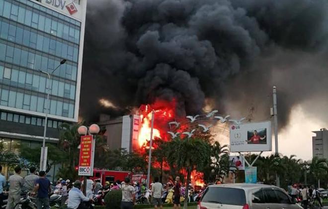 Hiện trường vụ cháy ở Hải Phòng: Siêu thị điện máy chìm trong biển lửa, huy động cả trăm cảnh sát - Ảnh 2