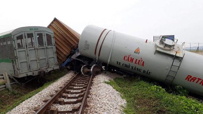 Vụ lật tàu hỏa ở Nghệ An: Vị trí xảy ra tai nạn đã được cắm biển cảnh báo - Ảnh 1