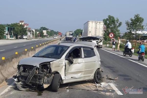 Tin tức tai nạn giao thông mới nhất hôm nay 30/9/2019: Ô tô 'điên' tông hàng loạt xe dừng đèn đỏ - Ảnh 3