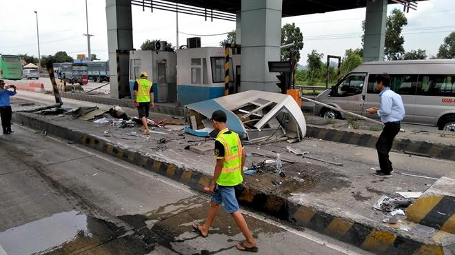 Tin tức tai nạn giao thông mới nhất hôm nay 4/9/2019: Ô tô 4 chỗ bị tàu SE9 tông văng xuống ruộng - Ảnh 2