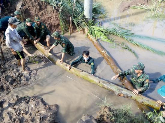 Sóc Trăng: Bộ đội biên phòng giúp dân khắc phục khó khăn do triều cường dâng cao - Ảnh 1