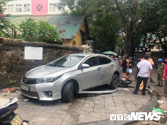 Thừa Thiên - Huế: Người phụ nữ đi ô tô nghi đạp nhầm chân ga tông 3 người bị thương - Ảnh 1
