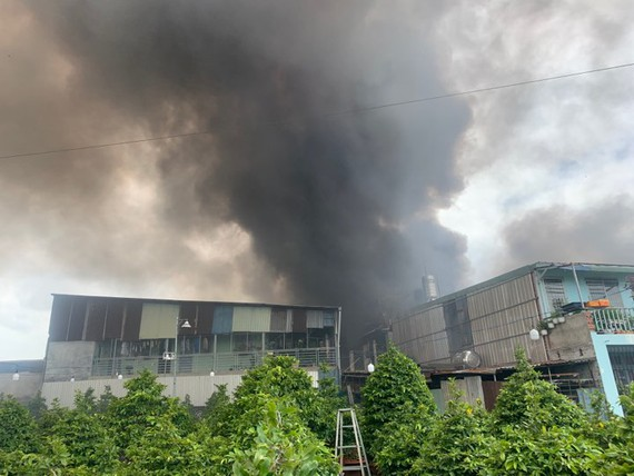 TP.HCM: Cháy lớn tại xưởng thạch cao, khói đen bốc cao hàng chục mét - Ảnh 1