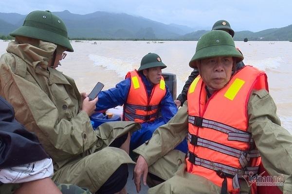 Quảng Bình: Đi thăm dân vùng lũ, ca nô chở đoàn lãnh đạo huyện bất ngờ bị lật - Ảnh 1