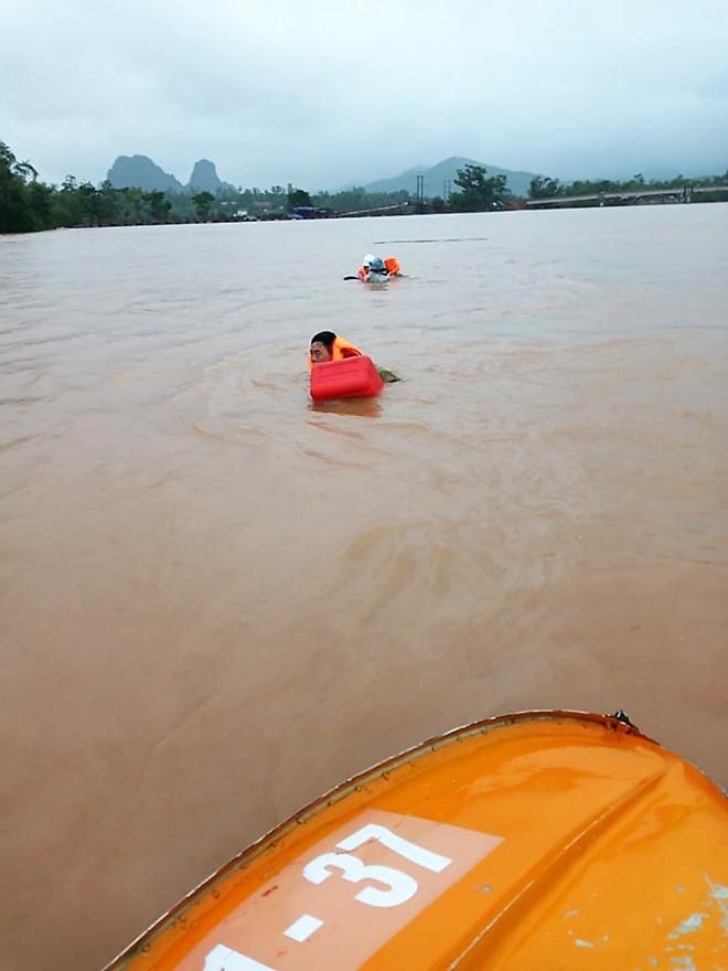 Quảng Bình: Đi thăm dân vùng lũ, ca nô chở đoàn lãnh đạo huyện bất ngờ bị lật - Ảnh 2