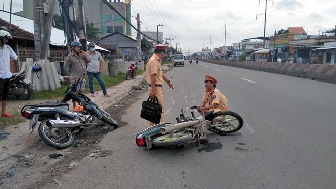 Tin tức tai nạn giao thông mới nhất hôm nay 9/9/2019: Xe cứu hộ tông xe tải, tài xế trọng thương - Ảnh 2