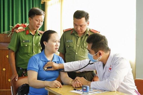 Công an thành phố Cần Thơ tặng vé xe cho công nhân về quê đón Tết - Ảnh 2