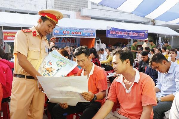 Công an thành phố Cần Thơ tặng vé xe cho công nhân về quê đón Tết - Ảnh 3