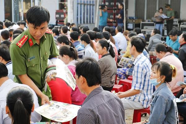 Công an thành phố Cần Thơ tặng vé xe cho công nhân về quê đón Tết - Ảnh 4