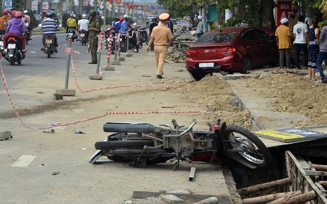 Tin tai nạn giao thông mới nhất ngày 2/1/2020: Làm cỏ ven đường, người phụ nữ bị tông tử vong - Ảnh 2