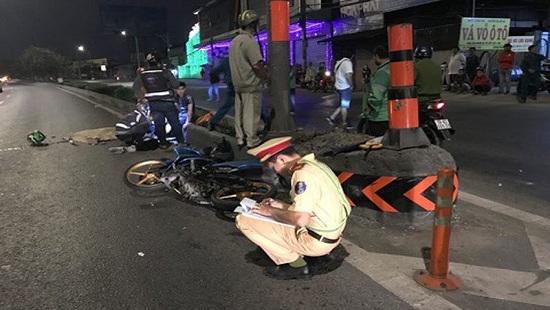 Tin tai nạn giao thông mới nhất ngày 13/1/2020: Tông vào cọc tiêu phản quang, 2 vợ chồng thương vong - Ảnh 1