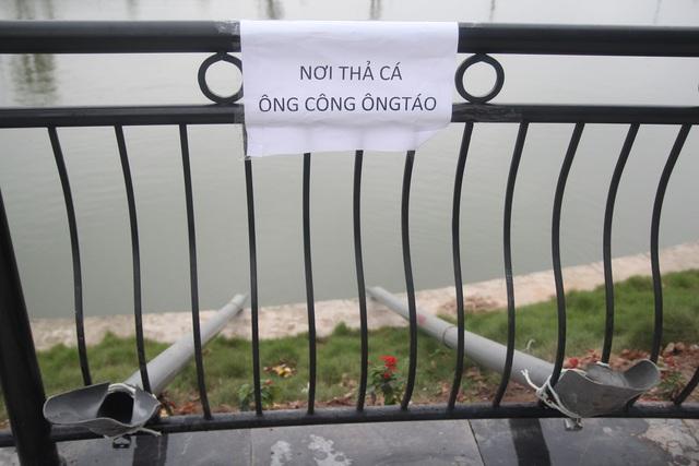 """Hà Nội: Người dân thích thú dùng """"cầu trượt"""" thả cá chép về chầu trời  - Ảnh 2"""