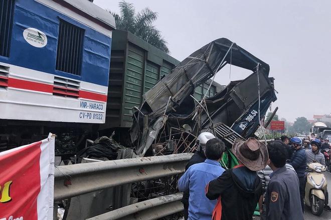 Tin tai nạn giao thông mới nhất ngày 18/1/2020: Băng qua đường sắt, ôtô bị tàu hỏa cán nát - Ảnh 1