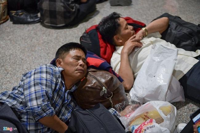 """Người dân vạ vật, nằm dài tại sân bay Tân Sơn Nhất vì máy bay """"tắc đường"""", không thể cất cánh - Ảnh 4"""