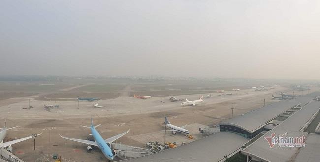 """Người dân vạ vật, nằm dài tại sân bay Tân Sơn Nhất vì máy bay """"tắc đường"""", không thể cất cánh - Ảnh 3"""