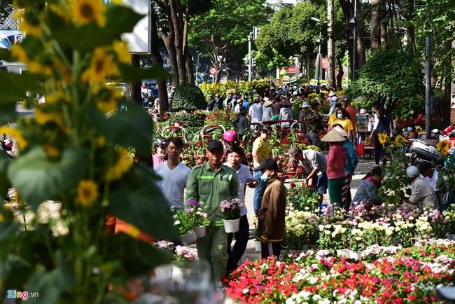 Người cười, người khóc giữa chợ hoa xuân ngày 30 Tết - Ảnh 1