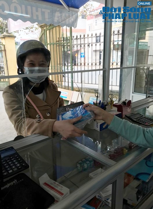 """Bác sỹ """"mách"""" cách tháo khẩu trang y tế đúng chuẩn để phòng, chống virus corona hiệu quả - Ảnh 2"""