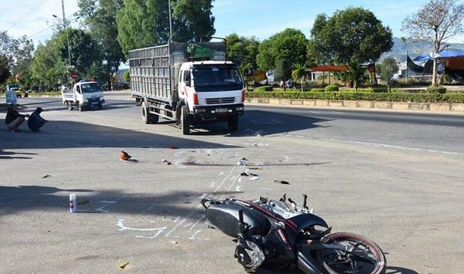 Va chạm xe tải, hai nữ sinh 16 tuổi thương vong trên đường đến trường - Ảnh 1