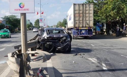 Tin tai nạn giao thông mới nhất ngày 6/1/2020: Xe container húc ô tô, 4 người nhập viện cấp cứu - Ảnh 1