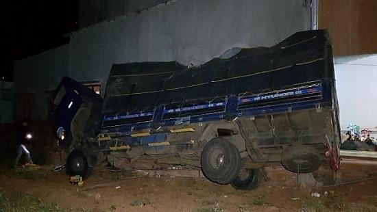 Tin tai nạn giao thông mới nhất ngày 10/1/2020: Xe bán tải lao xuống vực, tài xế tử vong tại chỗ - Ảnh 2