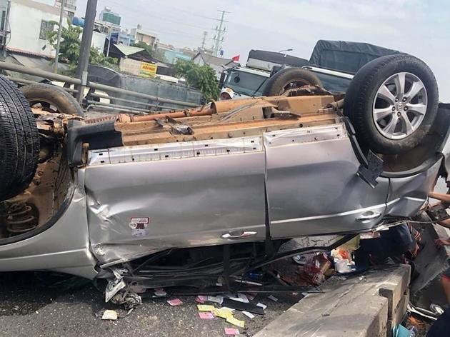 TP.HCM: Container tông ô tô lật ngửa trên cầu, 5 người may mắn thoát chết trong gang tấc - Ảnh 1