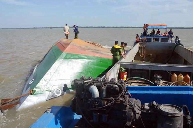 Công an tỉnh Sóc Trăng nỗ lực tìm kiếm hai cháu bé mất tích trong vụ lật sà lan trên sông Hậu - Ảnh 1
