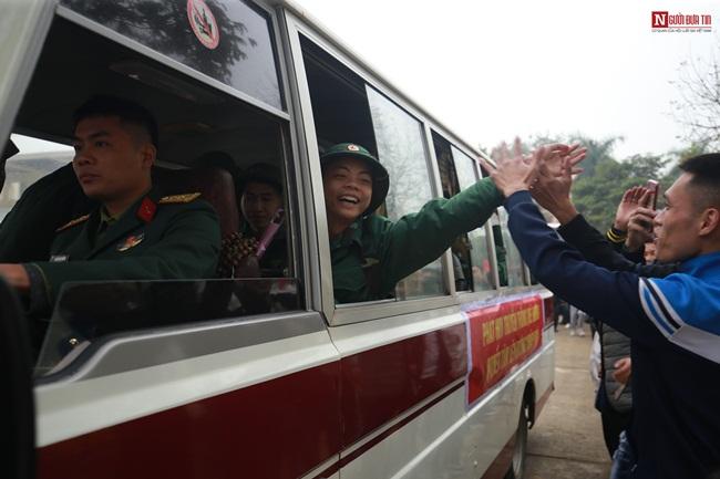 Thanh niên Hà Nội rạng rỡ lên đường nhập ngũ - Ảnh 20