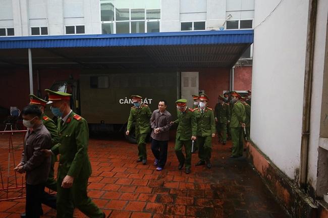 An ninh thắt chặt tại phiên tòa xử vụ container đâm Innova đi lùi trên cao tốc Thái Nguyên - Ảnh 6