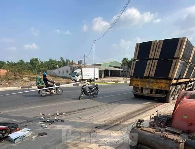 Tin tai nạn giao thông mới nhất ngày 15/2/2020: Xe container trôi trên đường cán chết người bán vé số - Ảnh 1