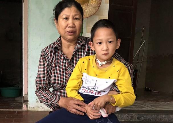 Vợ chồng nghèo 8 năm cứu sống và cưu mang đứa trẻ đa dị tật - Ảnh 1