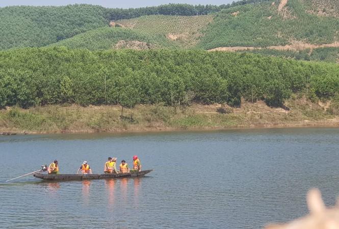 Vụ chìm thuyền ở TT-Huế: Nghẹn lòng giây phút người chồng nhường sự sống cho vợ giữa dòng nước dữ - Ảnh 1