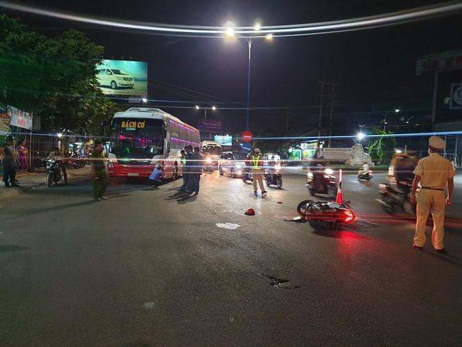 Gia đình 3 người va chạm xe khách khi qua đường, bé trai 5 tuổi tử vong thương tâm - Ảnh 1