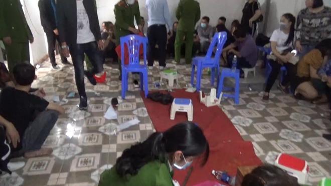 """Vĩnh Phúc: Phá tụ điểm đánh bạc được """"che mắt"""" qua nhiều lớp bảo vệ, bắt 38 đối tượng - Ảnh 1"""