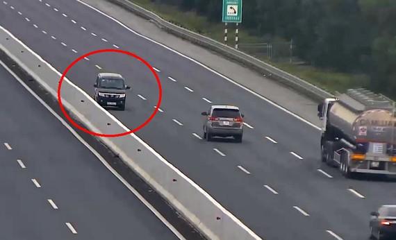 Tài xế ô tô bị phạt 17 triệu đồng, tước GPLX 6 tháng vì lái xe ngược chiều trên cao tốc - Ảnh 1