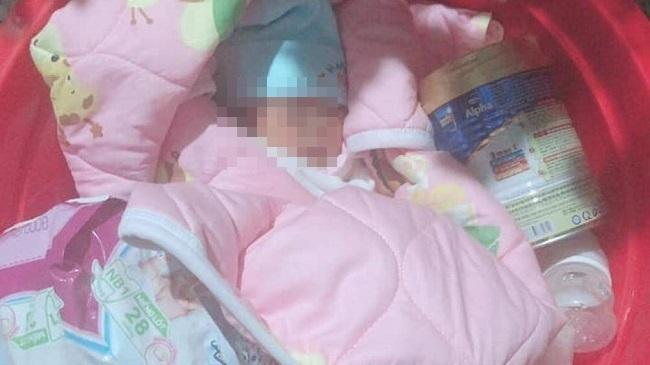 Xót xa bé gái sơ sinh 3 ngày tuổi bị bỏ rơi dưới chân tượng Phật lúc nửa đêm - Ảnh 1