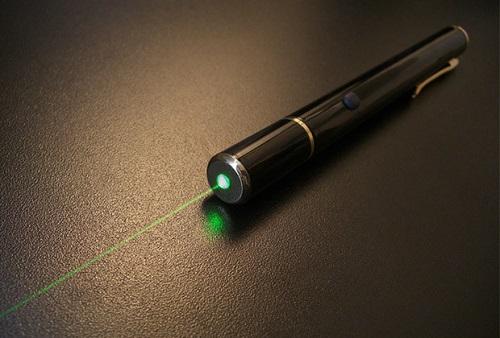 Bé trai 9 tuổi bị thủng võng mạc vì chơi bút laser - Ảnh 1