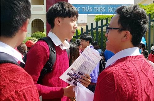 Lâm Đồng: Hai thí sinh đi cấp cứu khi đang làm bài thi Ngữ văn - Ảnh 1
